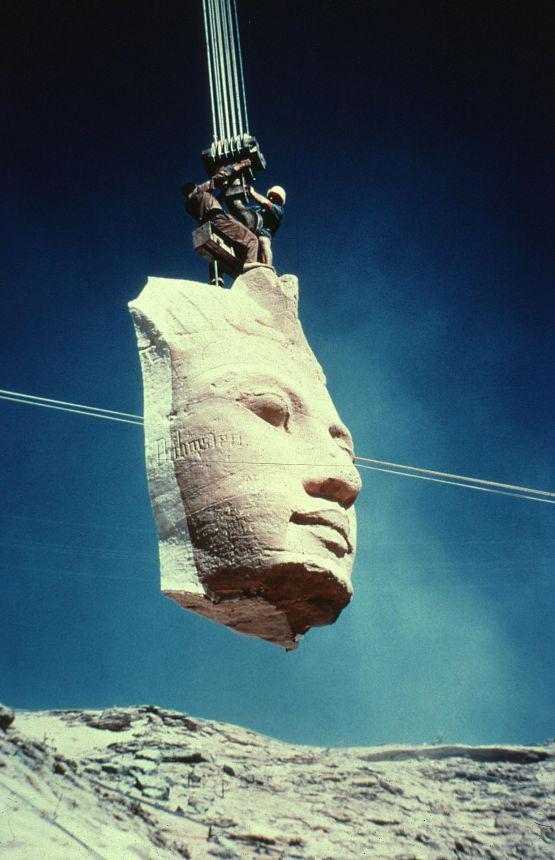 1968_az_egyiptomi_abu_szimbel_templom_athelyezesenek_munkalatai_a_nilusi_viztarozo_leendo_arteruleten_levo_ii_ramszesz_kori_muemleket_apro_darabokra_vagtak_es_180_meterrel_arrebb_szallitottak.jpg