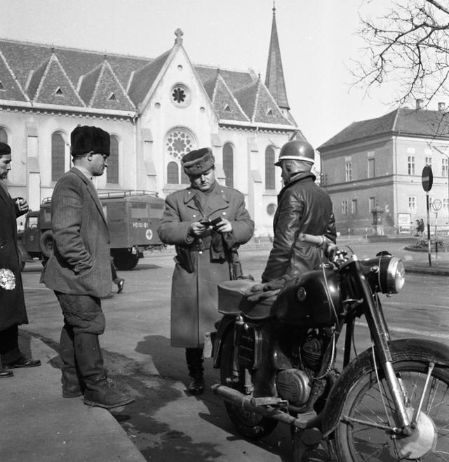 1965_februar_12_rendor_igazoltat_egy_motorost_kaposvaron_a_kossuth-teren_ruttkay_pal_felvetele.png
