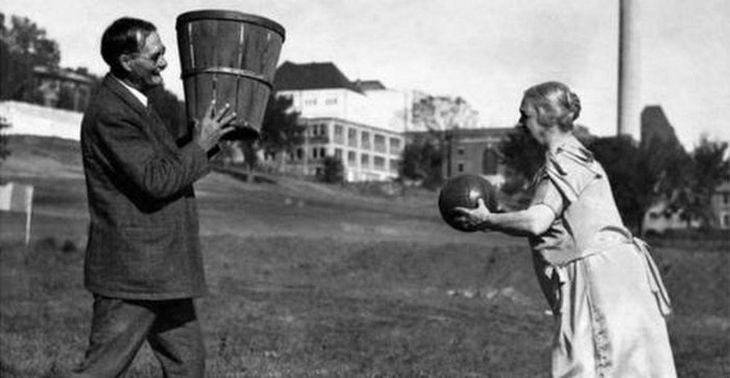 1928_james_naismith_a_kosarlabda_feltalaloja_felesegevel_kansas.jpg