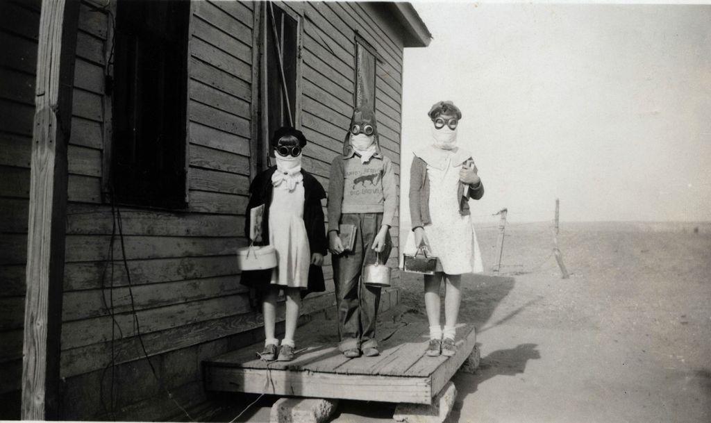 1935_harom_gyerek_keszul_az_iskolaba_egy_homokvihar_idejen_lakin_kansas_usa.jpg