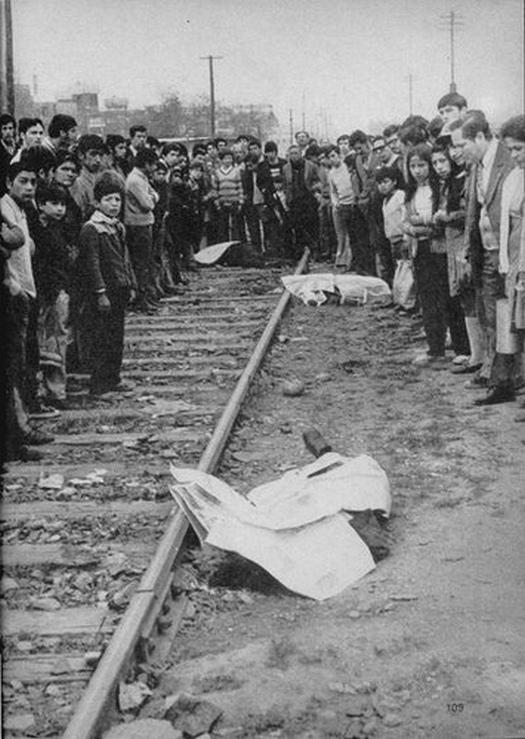 1973_victor_jara_chilei_kolto_enekes_es_kommunista_politikai_aktivista_es_nehany_tarsanak_holtteste_egy_szegenynegyedben_kidobva_a_jobboldali_pinochet_diktatura_idejen_megkinoztak_es_meggyilkoltak_oket.jpg