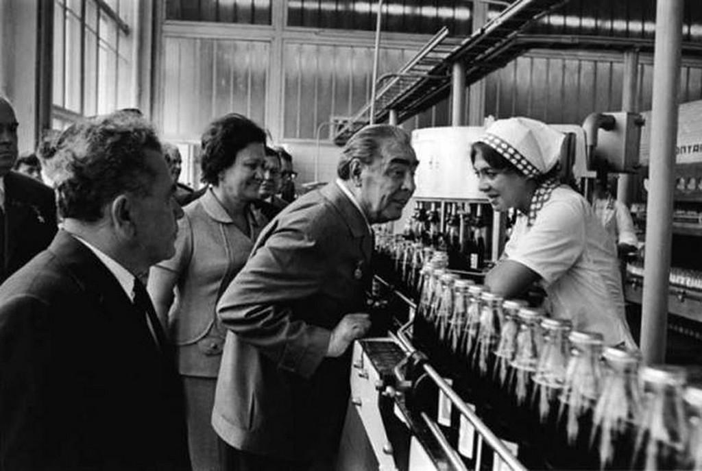 1974_az_elso_amerikai_kolauzem_a_keleti_blokkban_a_szovjet_fotitkar_leonyid_brezsnyev_a_pepsi-cola_palackozoban.jpg