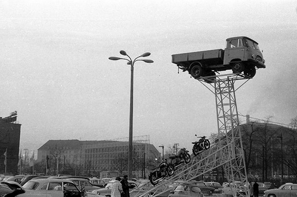 1961_a_lipcsei_vasaron_az_uj_robur_lo_2500-as_es_simson_motorkerekparok.jpg