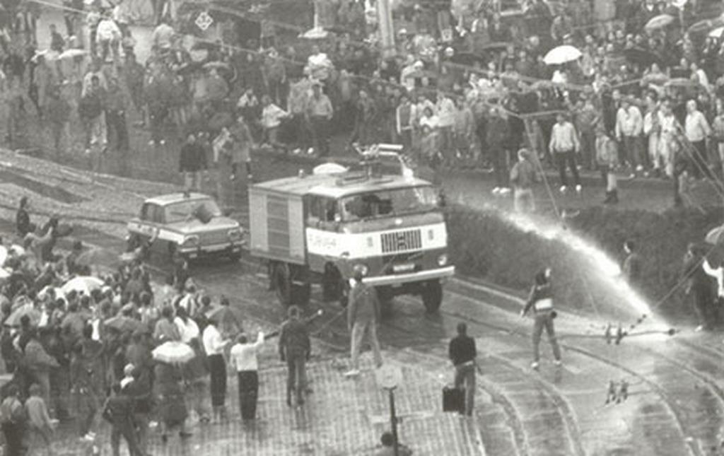 1989_oktobere_tuntetes_az_ndk-ban_a_rendorseg_vizagyut_is_bevetett.jpg