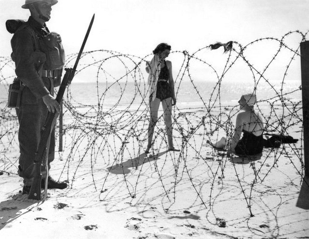 1940_del-angliai_strandon_a_furdozok_mellett_szolgalatban_levo_katona_figyeli_a_horizontot_a_lehetseges_nemet_invaziotol_tartva.jpeg