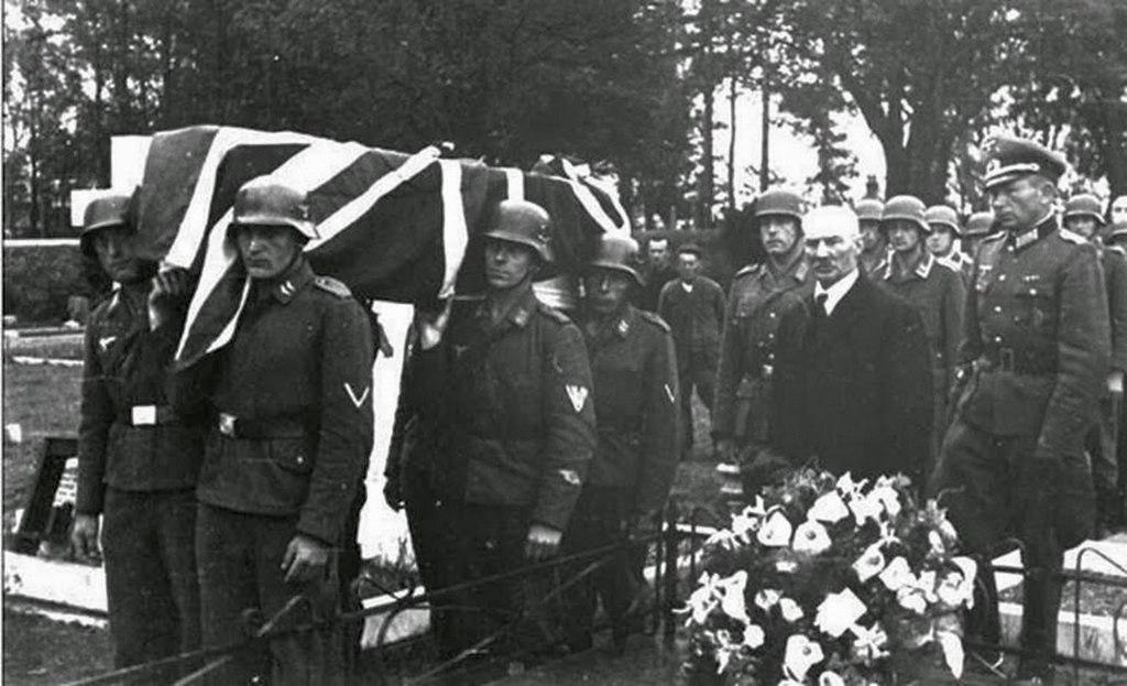 1943_az_egyetlen_nemetek_altal_elfoglalt_brit_szigeten_a_csatorna-szigeteken_egy_lelott_raf_pilotat_katonai_szertartassal_temetnek_el.jpg