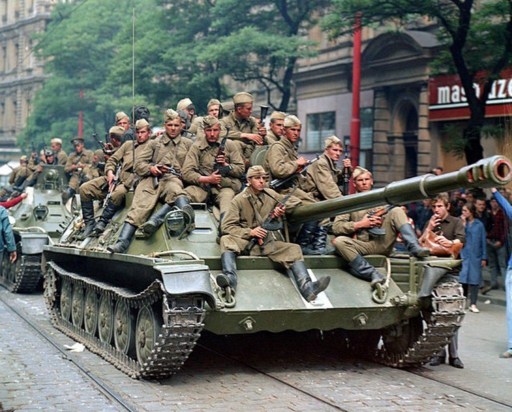1968_szovjet_katonak_a_pragai_radio_epulete_elott_a_csehszlovakiai_bevonulas_idejen.jpeg