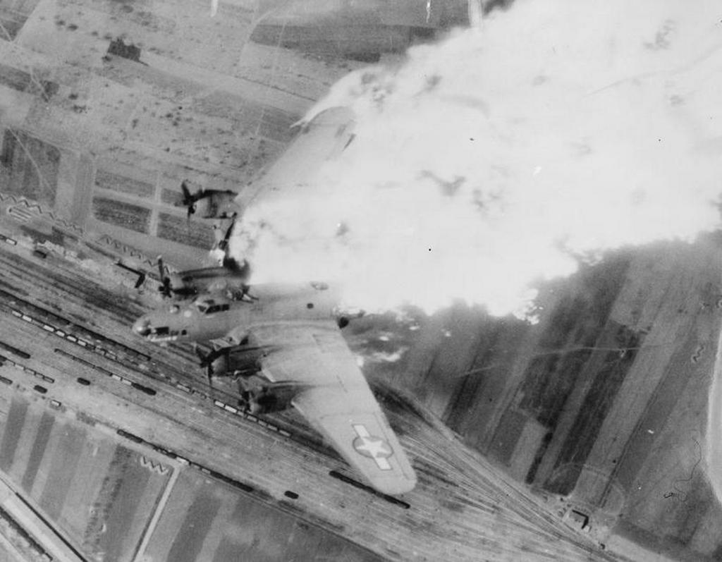 1944_aprilis_b-17-es_egy_legvedelmi_talalaltok_kovetoen_zuhan_a_jugoszlav_nis_palyaudvara_folott.jpg