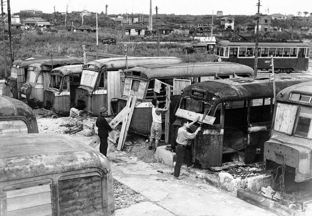 1946_az_amerikai_bombazasok_miatt_hajlektalanna_valt_tokioiak_leselejtezett_buszokat_alakitanak_lakhatova.jpg