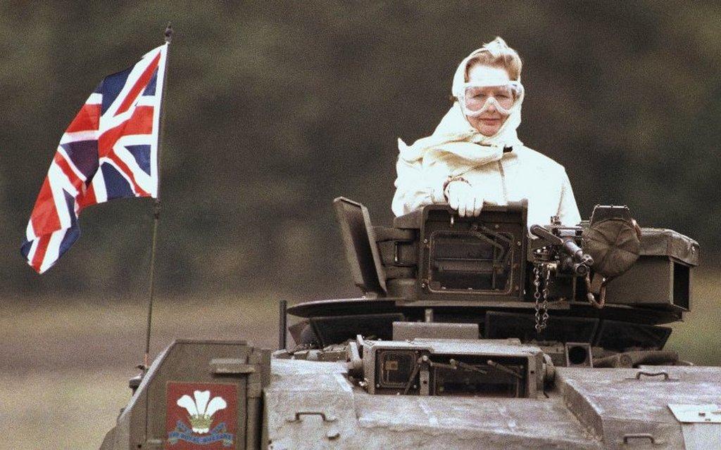 1982_margaret_thatcher_brit_miniszterelnok-asszony_latogatoban_a_fegyveres_eroknel.jpg