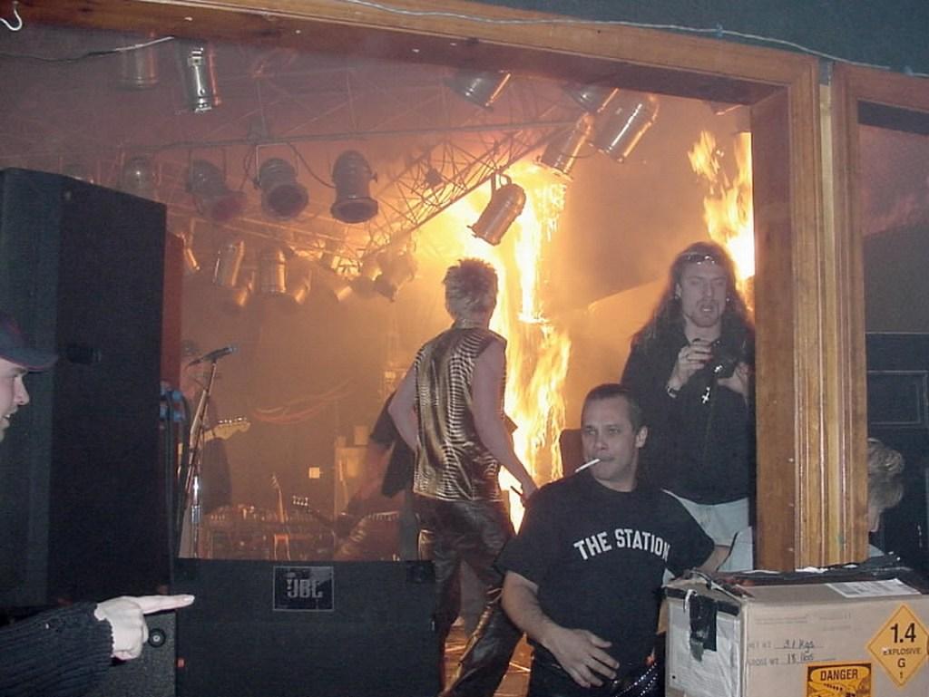 2003_a_new_yorki_station_nightclubban_fellobbannak_a_langok_az_egyik_legsulyosabb_diszkotuzben_a_hamar_terjedo_fustben_15_perccel_kesobb_100-an_haltak_meg_es_230_volt_a_serultek_szama.jpg
