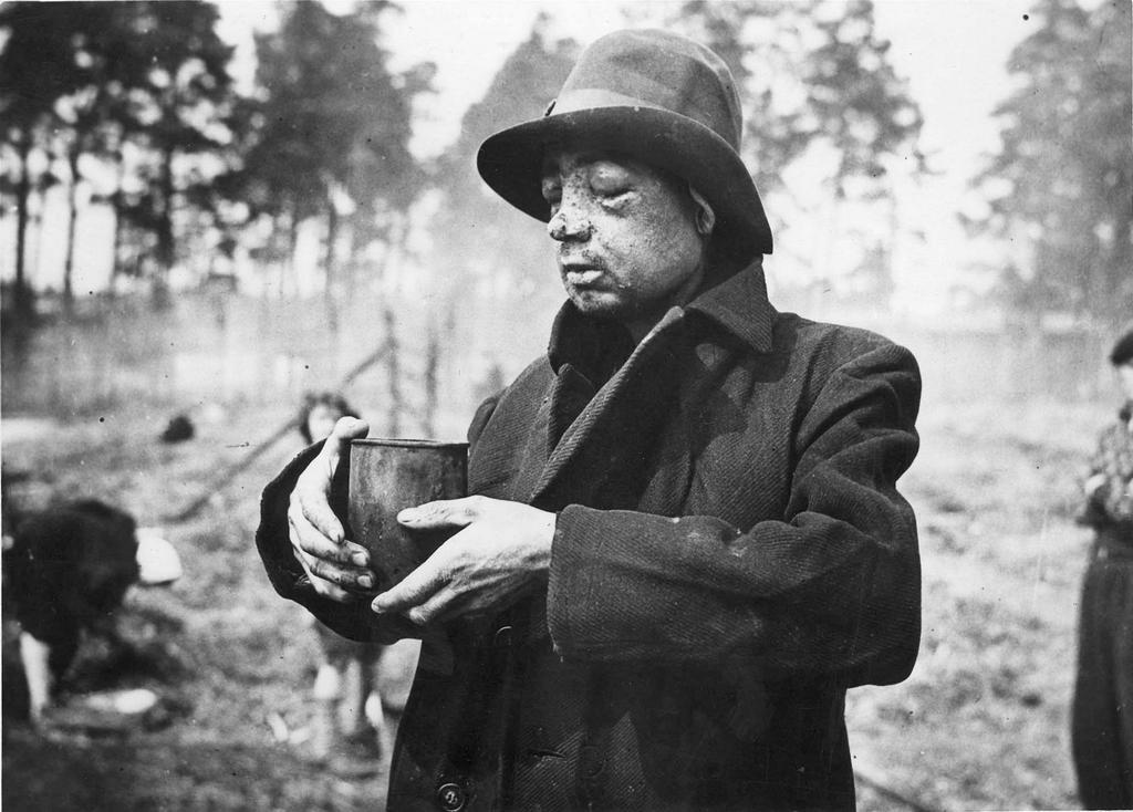 1945_aprilis_a_bergen-belseni_koncentracios_tabor_felszabaditasakor_egy_orok_altal_helybenhagyott_rab_vizet_kap_az_amerikaiaktol.jpg