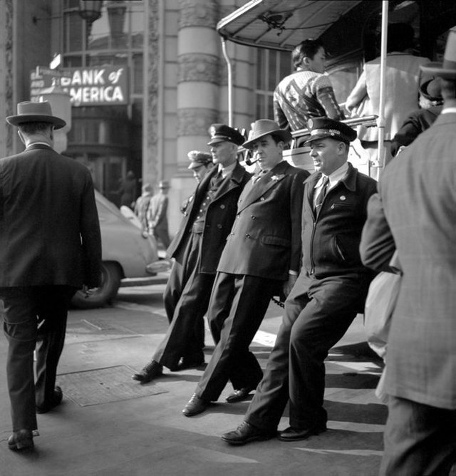 1946_san_francisco_kabelvasut_megforditasa_a_vegallomason_az_egyiranyu_kocsik_forditasaba_a_hetvenes_evekig_az_utasok_is_besegithettek.jpeg