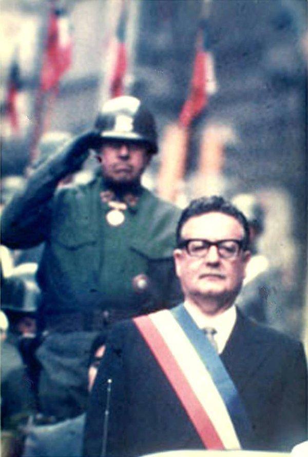1972_augusto_pinochet_a_chilei_fegyveres_erok_vezetoje_tiszteleg_salvador_allende_miniszterelnoknek_pinochet_kesobb_katonai_puccsal_vette_at_a_hatalmat_es_allende_tisztazatlan_korulmenek_kozt_halt_meg_az_elnoki_palotaban.jpg
