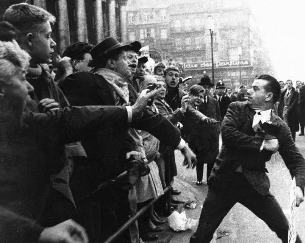 1962_egy_a_tobbszaz_flamand_demonstralo_kozul_akik_belgium_felosztasat_kovetelik_ut_oda_a_vallon_ellentuntetoknek_a_hollandul_beszelo_gazdasagilag_magukat_fejlettebbnek_tarto_flamandok.jpeg