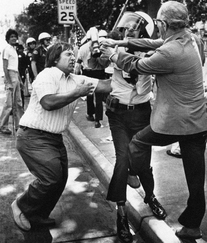 1977_az_amerikai_nemzetiszocialista_feher_dolgozok_partjanak_tagjai_osszecsapnak_az_antifasiszta_ellentuntetokkel_a_kaliforniai_st_james_parkban.jpeg