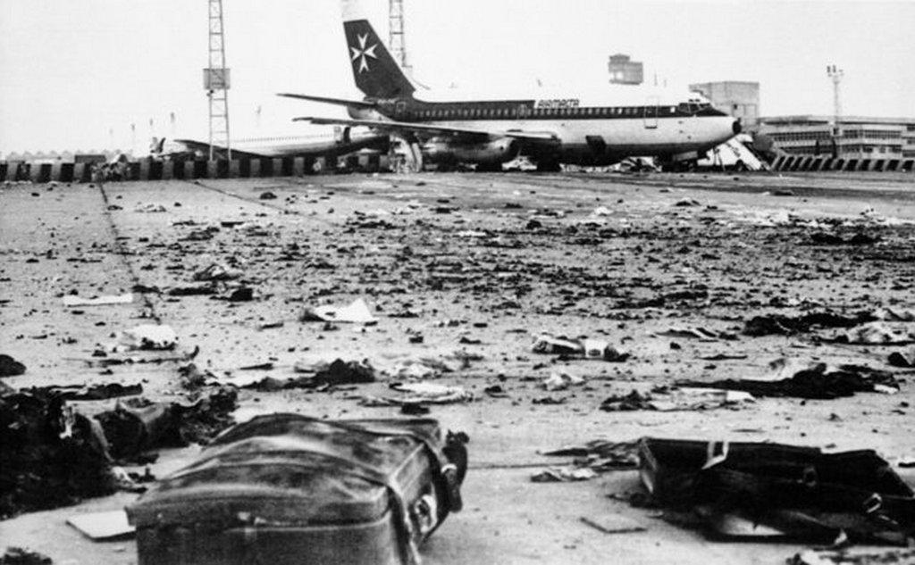 1981_tormelek_a_kairoi_repter_betonjan_miutan_egy_libiabol_maltan_at_erkezett_gepbol_kirakodott_csomagok_egyike_felrobbant_a_174_utasnak_es_10_fonyi_szemelyzetnek_szerencses_napja_volt.jpeg