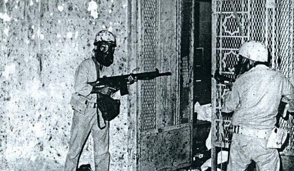 1979. Szaúdi katonák foglalják vissza a mekkai Kába szentélyt egy lázadó vallási csoport fegyvereseitől.