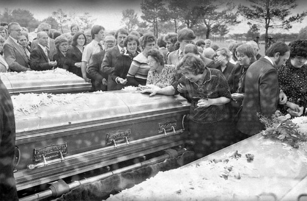 1982_chicago_a_tylenol-os_gyilkossagok_harom_aldozatanak_temetese.jpeg