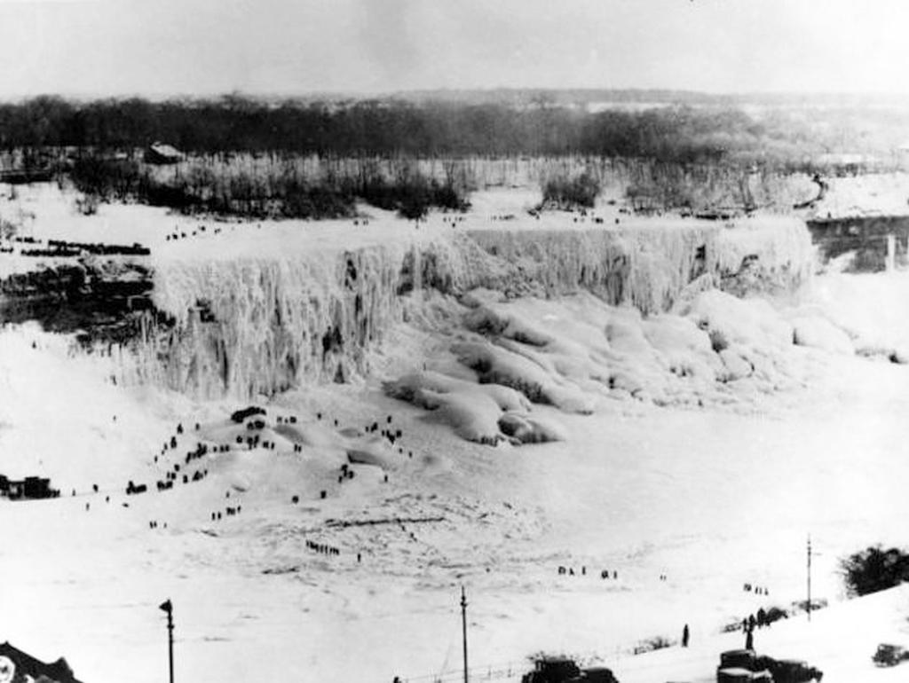 1911_emberek_a_befagyott_niagara-vizeses_jegen.jpg