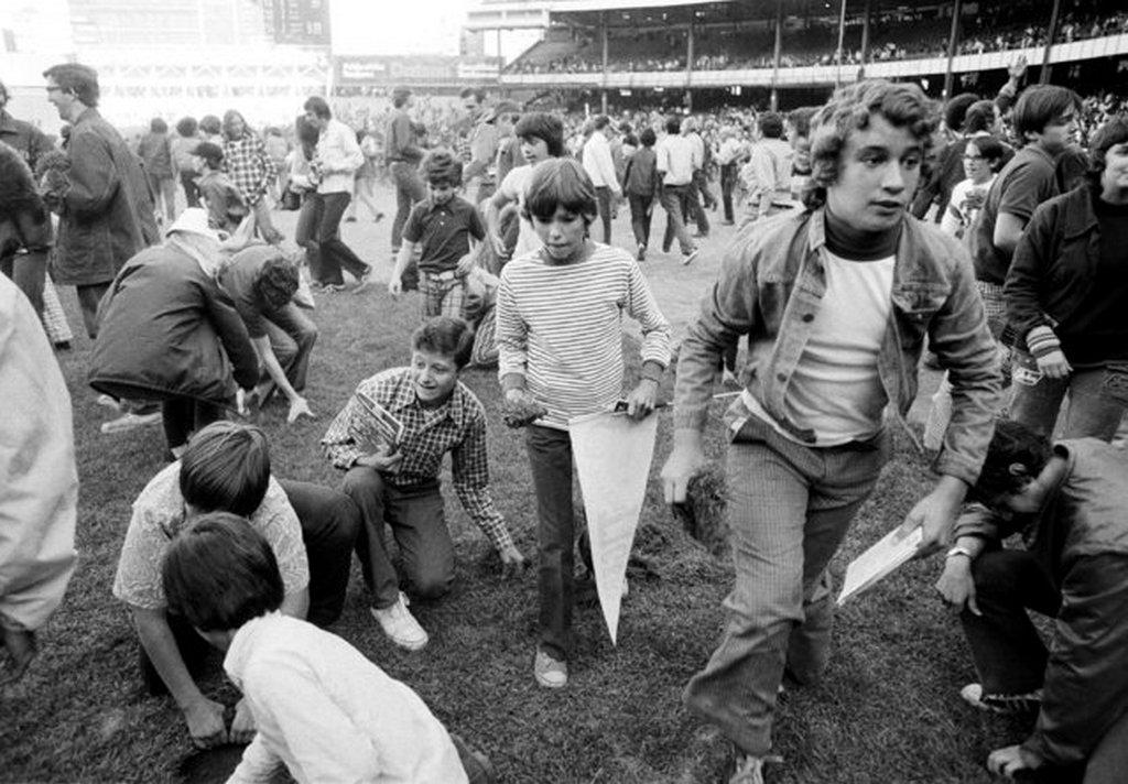1973_a_new_york-i_regi_yankee_stadionban_tartott_utolso_merkozes_utan_a_szurkolok_megrohantak_a_palyat_hogy_egy_darabjat_magukkal_vihessek.jpeg