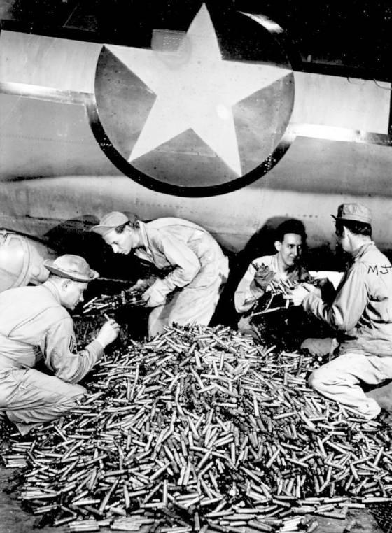 1943_felhasznalt_toltenyek_huvelyeinek_uritese_egy_b-17-es_amerikai_repulobol_a_masodik_vilaghaboru_idejen.jpg