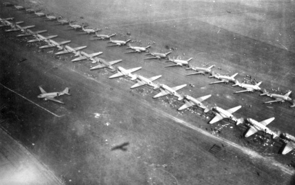 1944_szeptember_17_amerikai_c-47-esek_varnak_a_felszallasra_egy_holland_repteren_az_1-es_szamu_ejtoernyos_hadsereg_katonaival.jpeg
