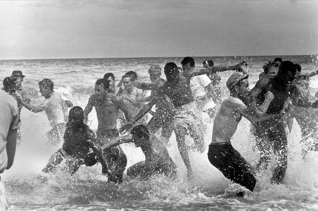 1964_feher_fiatalok_tamadnak_feketekre_egy_szegregalt_csak_fehereknek_fenntartott_floridai_strandon.jpg