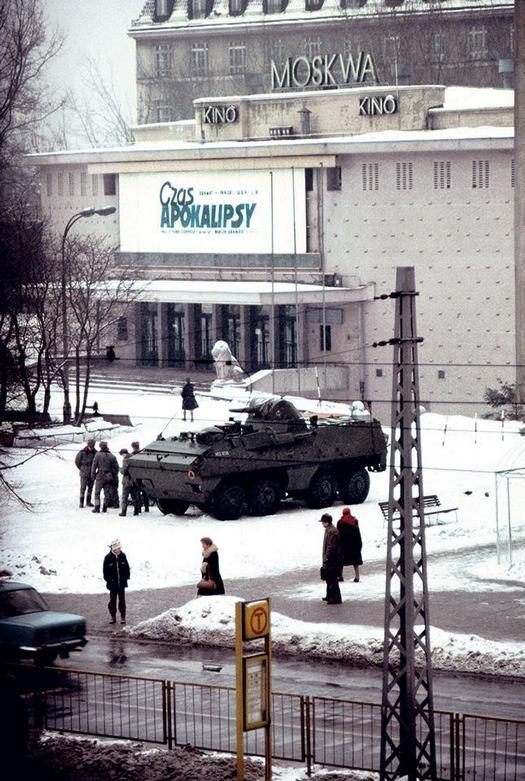 1981_a_lengyel_szuksegallapot_hadiallapot_idejen_pancelos_egy_varsoi_mozi_elott.jpg