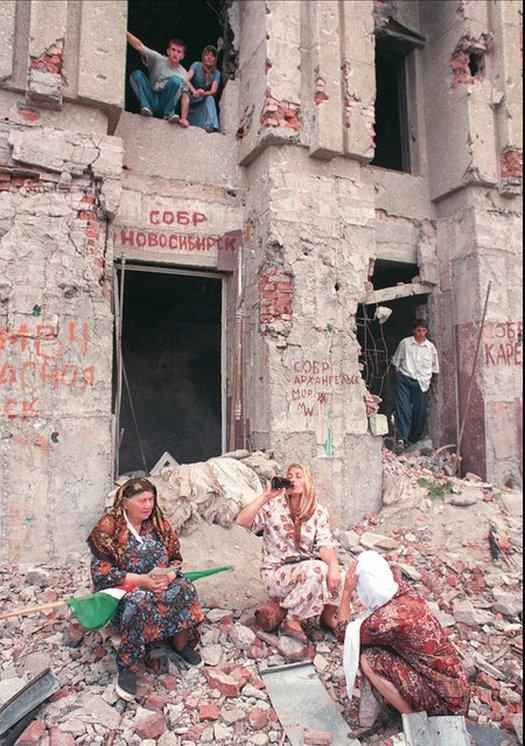 1995_szeptember_a_csecsenfoldi_groznij_lakoi_egy_megserult_lakohaz_elott.jpeg