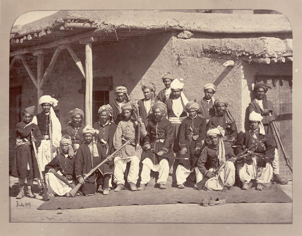1880_afgan_rendorok_kabulban_a_fohadiszallasuk_elott.jpg
