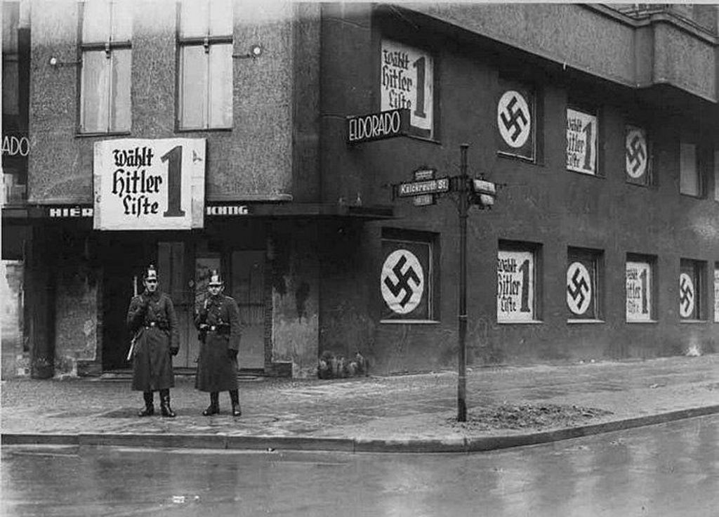1938_a_bezart_berlini_homoszexualis_klub_az_eldorado_homlokzata_beberitva_hitler_valaszttasi_plakatjaival.jpg