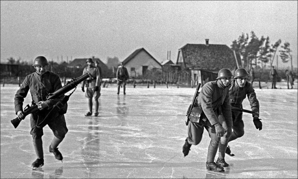 1940_holland_katonak_gyakorlatoznak_a_jegen.jpg