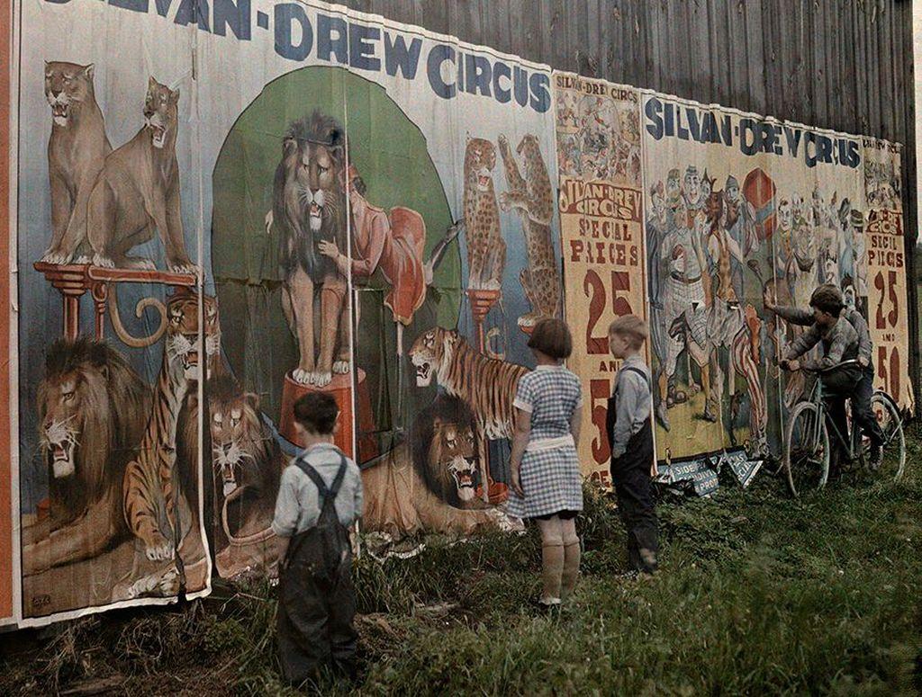 1930-as_evek_amerikai_gyerekek_nezik_vagyakozva_egy_cirkusz_plakarjait.jpg