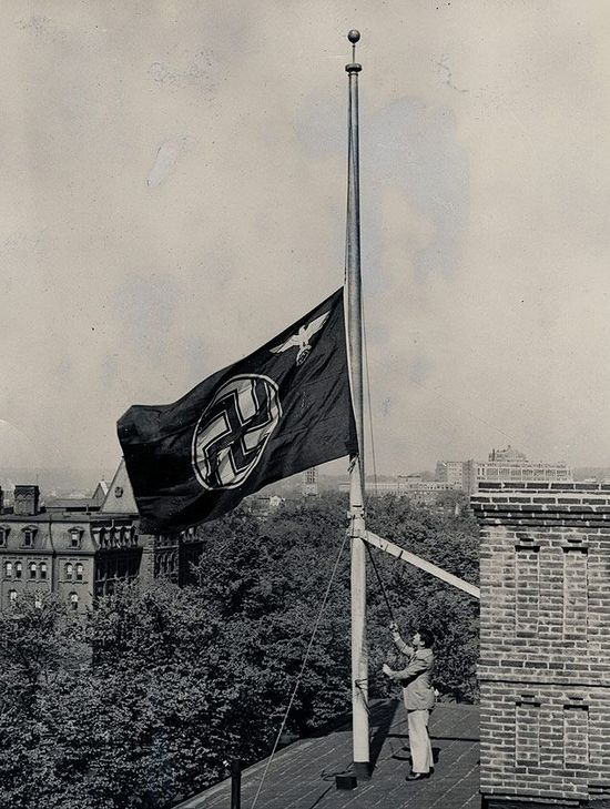 1937_majusa_a_hindenburg_tragediaja_utan_felarbocra_engedik_a_nemet_birodalom_zaszlajat_a_new_york-i_nagykovetsegen.jpg