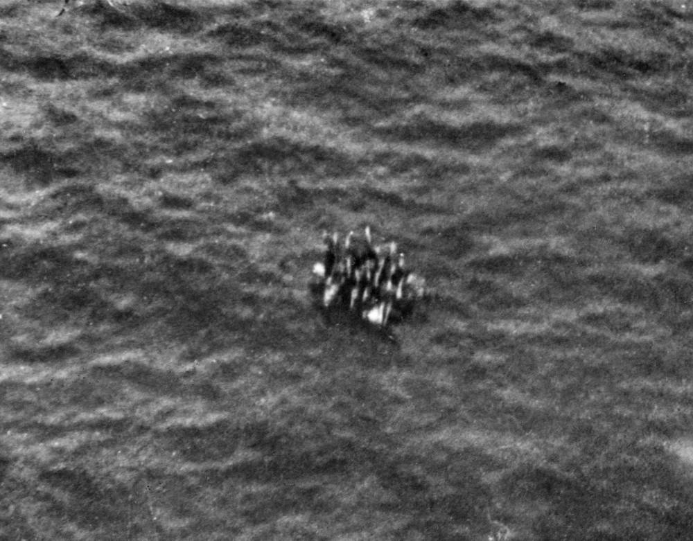 1942_miutan_a_japanok_a_timor-tengeren_elsullyesztettek_az_ausztral_armidale_cirkalot_a_legenyseg_kb_20_eletben_maradt_tagja_egy_roncson_hanykolodva_kitartott_kb_10_napig.jpg