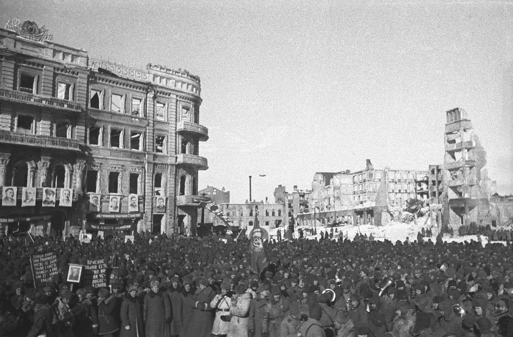 1943_februar_szovjet_csapatok_unneplik_a_gyozelmet_a_nemetek_felett_sztalingrad_romjai_kozott.jpg