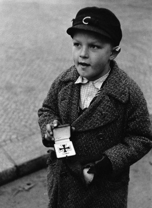 1945_nemet_fiu_probalja_eladni_elesett_apja_vaskeresztjet.jpg