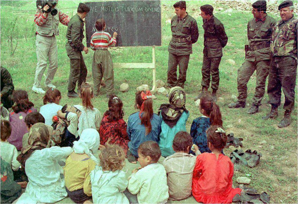 1990_torok_katonak_oktatjak_a_kurd_gyerekeket_a_tabla_felirata_boldog_aki_toroknek_vallja_magat.jpg