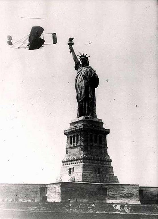 1909_wilbur_wright_elrepul_a_new_york-i_szabadsag-szobor_mellett.png