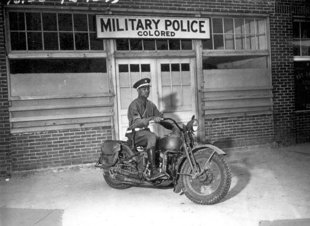 1942_fekete_katonai_rendesz_a_szineseknek_fenntartott_katonai_rendorseg_fohadiszallasa_elott.jpg