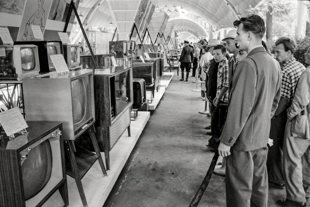 1959_szovjetek_nezik_a_kiallitott_amerikai_televiziokeszulekeket_moszkvaban.jpg