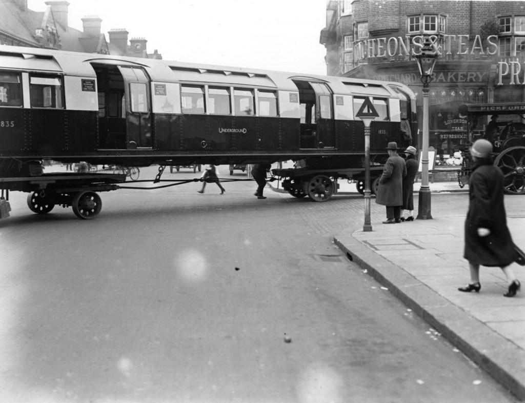 1926_uj_uzembehelyezesu_metrokocsik_szallitasa_london_utcain.jpg