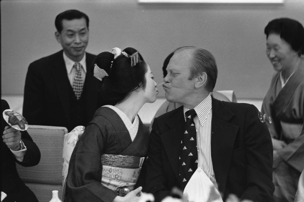 1974_az_amerikai_elnok_gerald_ford_japanban_tett_latogatasa_soran_egy_erotikus_bajuszcsere_jatekot_jatszik_egy_gesaval.jpg