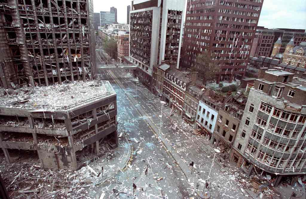 1993_aprilis_24_wormwood_street_london_az_ira_teherautoba_rejtett_bombaja_felrobbanasa_utani_tajkep.jpg