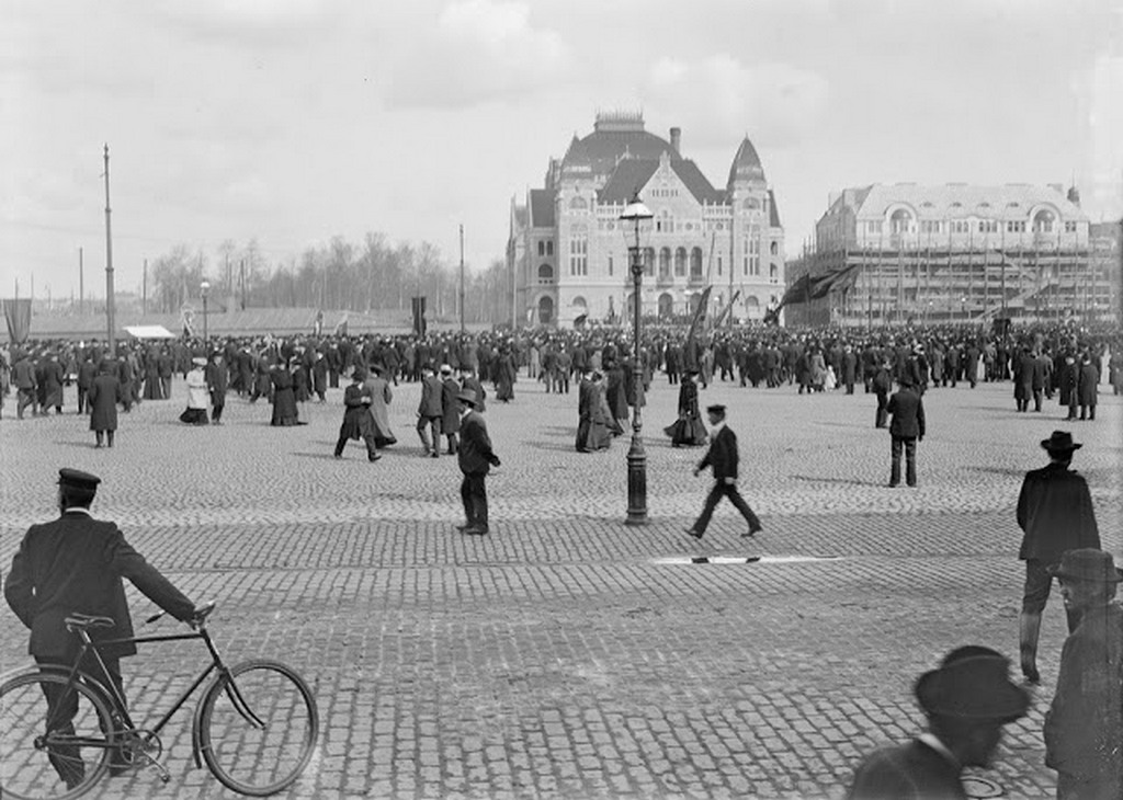 1895_helsinki_nemzeti_szinhaz_es_az_elotte_levo_ter.jpg