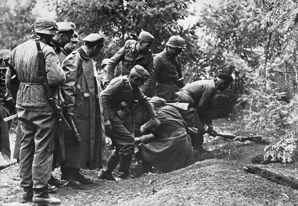 1942_szovjet_lovesz_a_nemetek_fogsagaban_fegyveret_a_hatterben_eppen_szetverik.jpg
