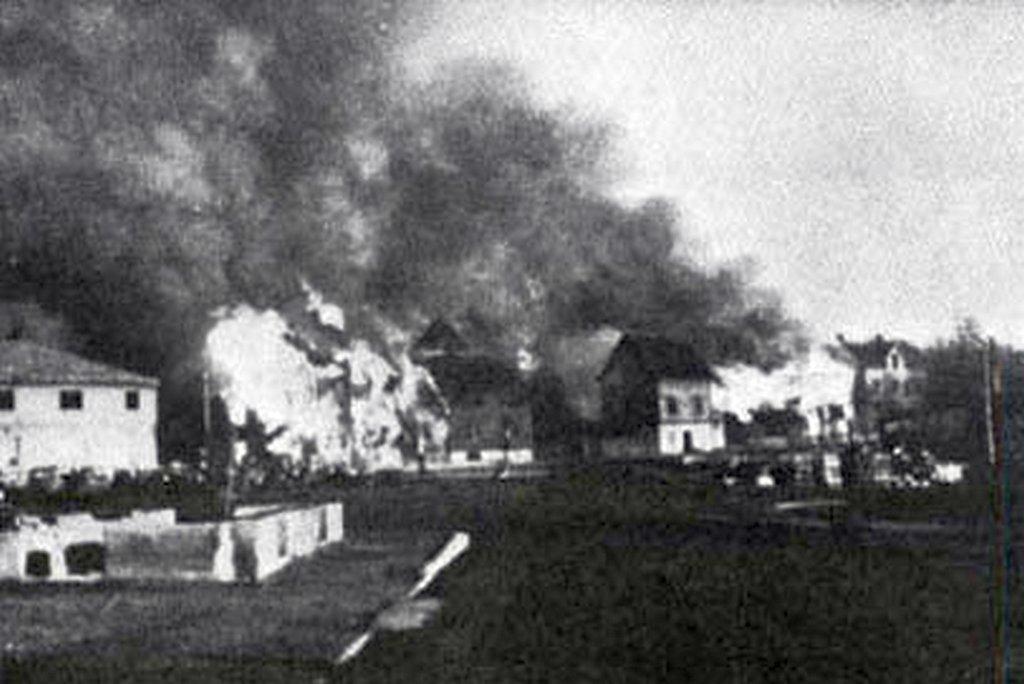 1944_oktober_a_szovjet_csapatok_elol_visszavonulo_nemetek_felgyujtjak_a_norveg_kirkenes_varoskat_ami_gyakorlatilag_teljesen_megsemmisul.jpg