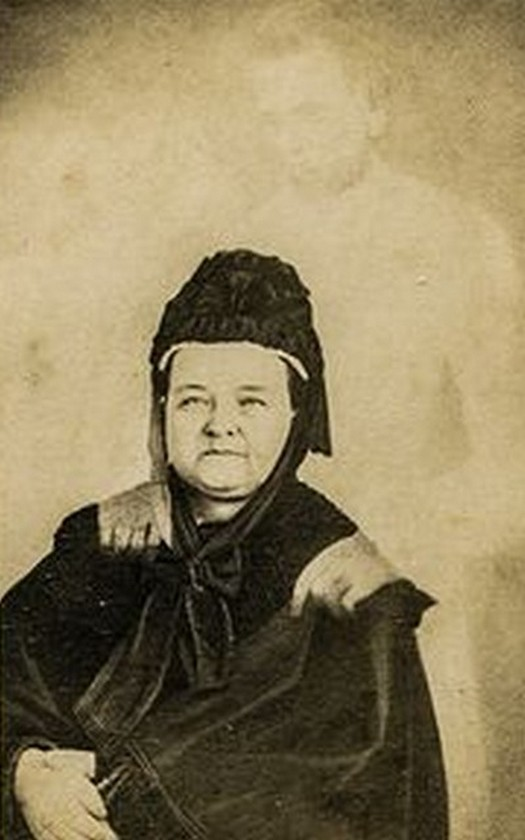 1875_korul_lincoln_ozvegye_halott_ferjenek_szellemevel_a_hires_fotohamisito_william_h_mumler_szellemfotoja.jpg