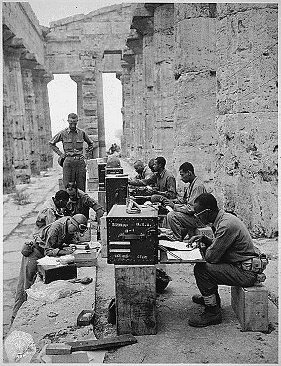 1943_az_amerikai_otodik_hadsereg_egyik_fohadiszallasa_neptun_templomanak_romjai_kozott_paestumban_olaszorszagban.jpg
